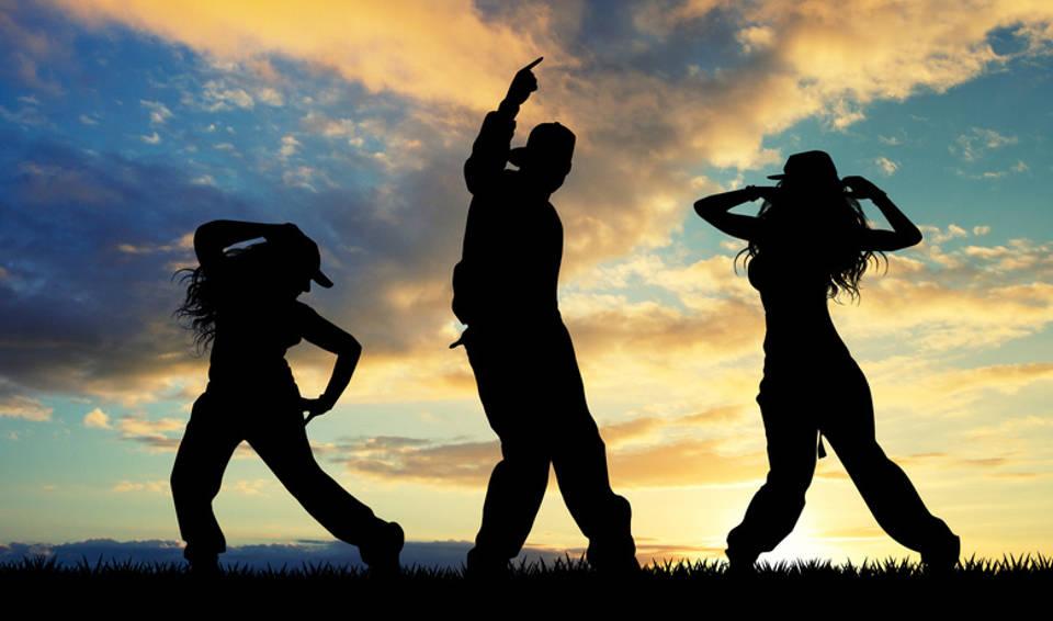 Hip-Hop-Tänzer im Sonnenaufgang